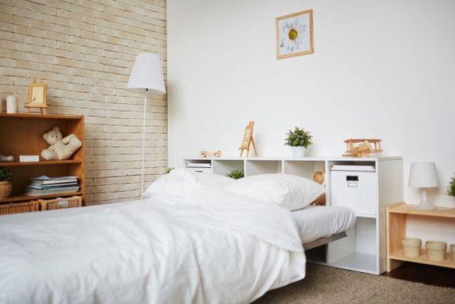 Sypialnia w salonie – jak ją urządzić?
